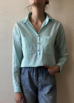 Рубашка нежно бирюзового цвета.