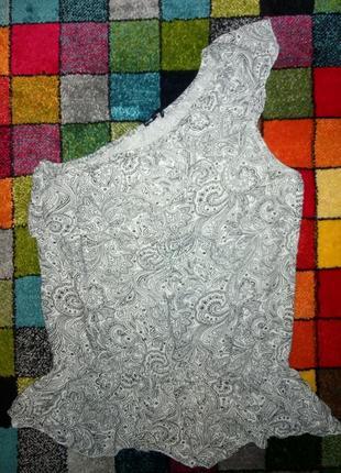 Лёгкая летняя блуза на одно плечо с баской