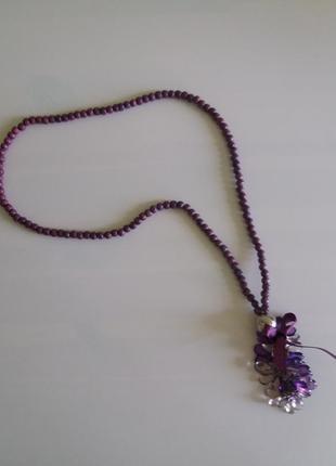 Фиолетовые деревянные бусы с кулоном