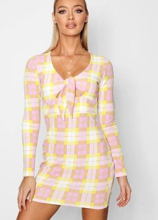 Boohoo. это не сток! товар из англии. платье в модную клетку с вырезом под грудью.