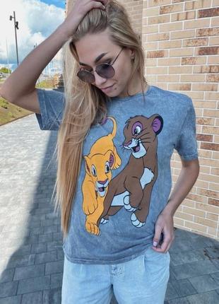Удобная футболка с ярким принтом симба и нала