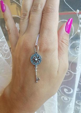 Підвіска срібна ключик з вставками кубічного цирконію
