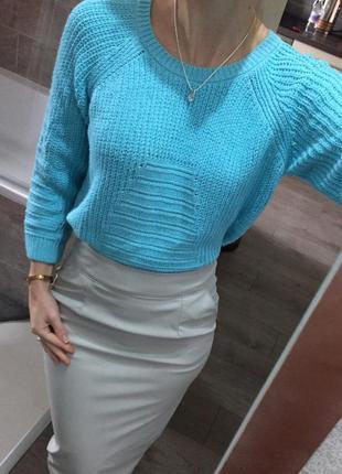Вязаный свитер милого небесного цвета