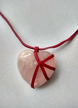Кулон на кожаном шнурке сердце,розовый кварц.
