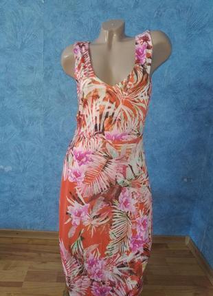 Нежное длинное платье по фигуре в тропический принт