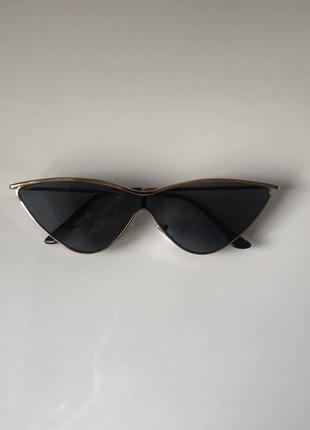 Солнцезащитные очки cat eye с тёмно-серыми линзами