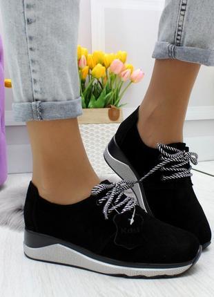 Стильные черные женские кроссовки в классическом исполнении из натуральной замши