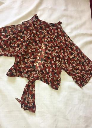 Шифоновая блузка топ с открытыми плечами в цветочный принт, на завязке