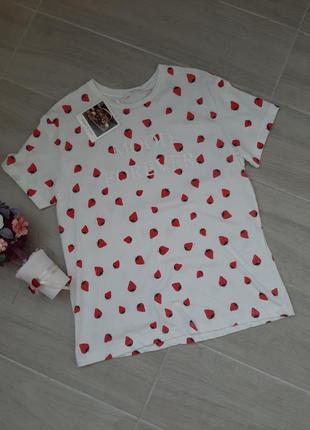 Стильная футболка с клубничками