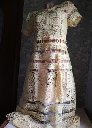 Красивое женское платье кружевное желтое