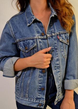 Джинсовая куртка от бренда levis