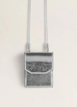 Маленькая серебряная сумка на длинном ремешке от mango