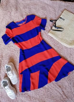 Стильное платье в красно синюю полоску