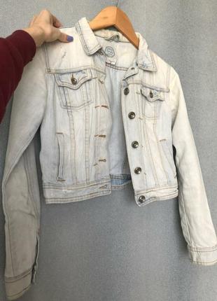Светлая джинсовка, короткая джинсовая куртка bershka