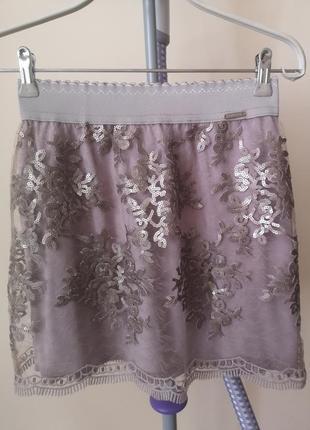 Нарядная короткая юбка на резинке guess xs- s(36)+браслетик к ней