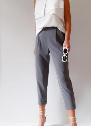 Брендовые зауженные брюки с защипами серые брюки