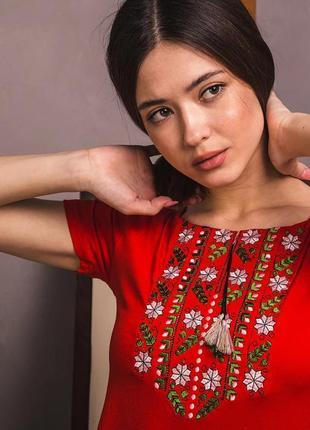 Вышиванка трикотажная красная футболка с цветочной вышивкой
