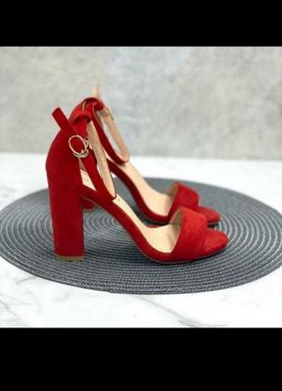 Красные босоножки на квадратном каблуке