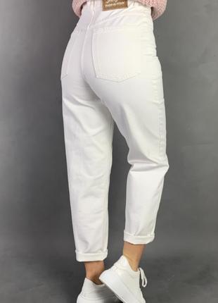 Белые джинсовые брюки с высокой посадкой талии