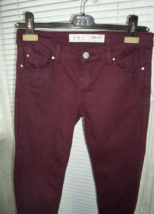 Бордовые джинсы скинни
