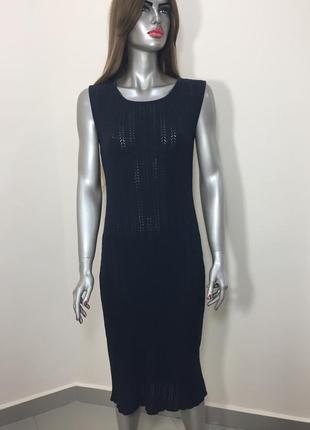 Чорне вязане плаття міді без рукавів
