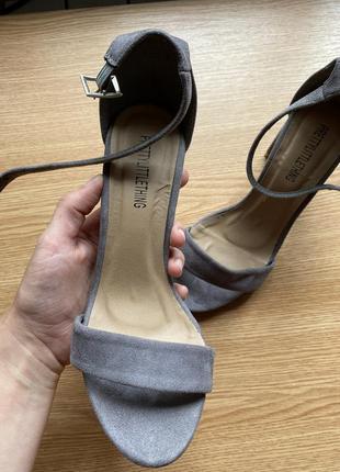 Босоножки с закрытой пяткой на каблуке