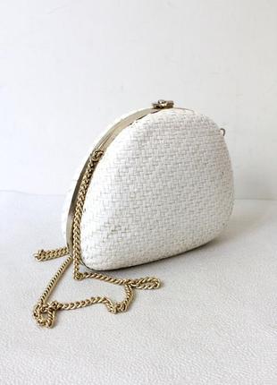 Белая соломенная сумка на цепочке