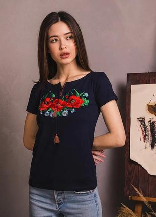 Качественная черная футболка с роскошной вышивкой маки-васильки