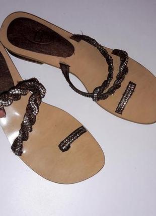 Сандалии с ремешками на небольшом каблуке босоножки