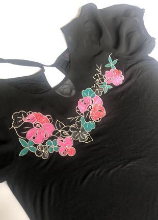 Чёрное короткое платье, туника с рукавами фонариками.