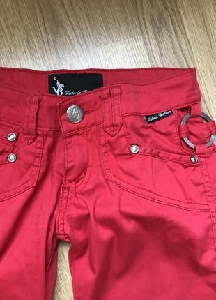 Красные брюки с красивыми боками и низом