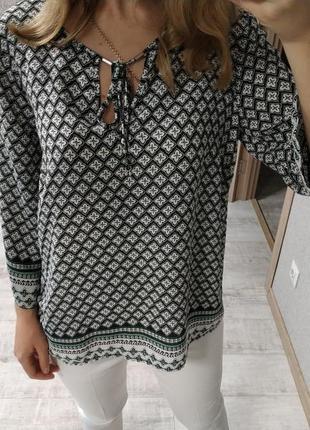 Красивая актуальная блуза в принт бохо с завязками