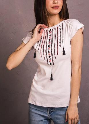 Белая футболка вышиванка со стильной красивой вышивкой