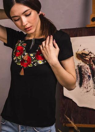 Черная футболка вышиванка с роскошной богатой вышивкой