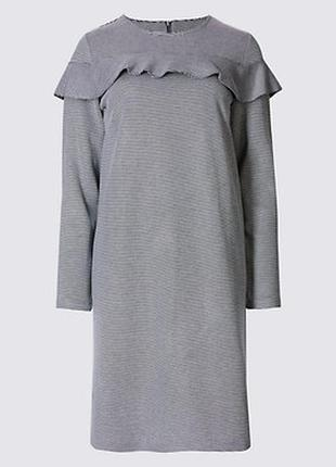 Эффектное платье в полоску большого размера