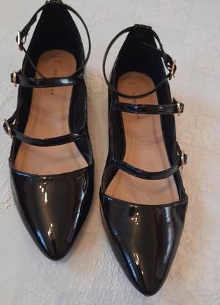 Удобные туфли балетки острый носок с тонкими  пряжками