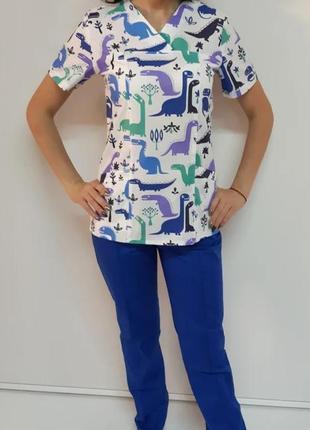 Женский медицинский костюм с динозаврами