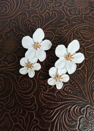 Серьги с белыми цветами