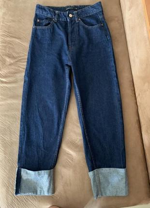 Синие джинсы на высокой талии.