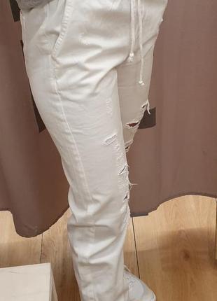 Белые  рваные джинсы джогеры с потертостями