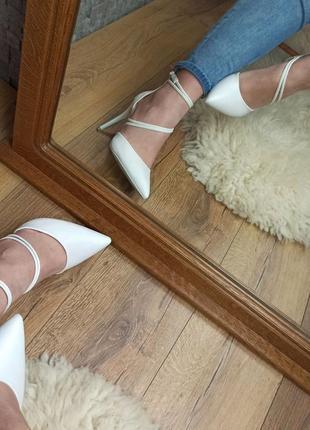Свадебные белые туфли лодочки с переплетом переливаются