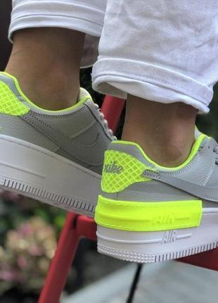Яркие кроссовки nike air force