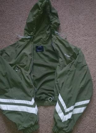 Зеленая курточка bershka