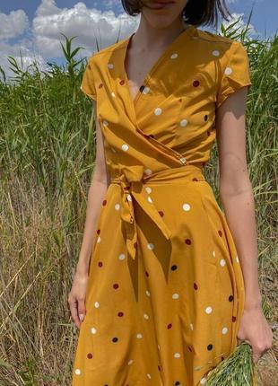 Платье на запах в горох горчичное