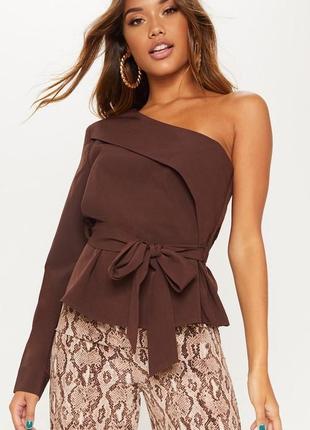 Рубашка / кофта на одно плечо шоколадного цвета на завязке prettylittlething