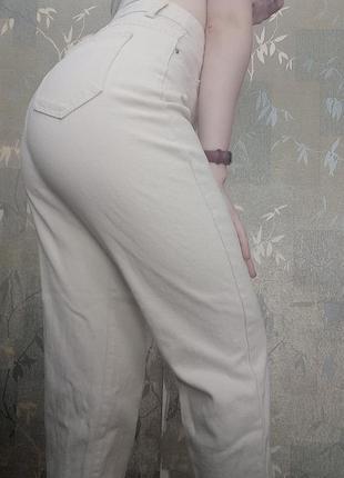 Стильные светлые джинсы мом goldi