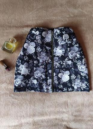Качественная джинсовая юбка трапеция спереди на молнии в цветочный принт