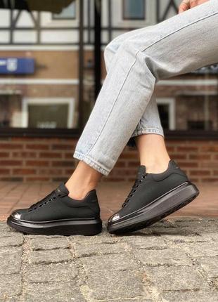 Alexander mcqueen black metal кожаные женские кроссовки маквин черного цвета