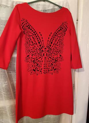 Червона сукня з метеликом