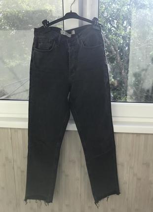 Трендовые темные джинсы с интересными вырезами внизу